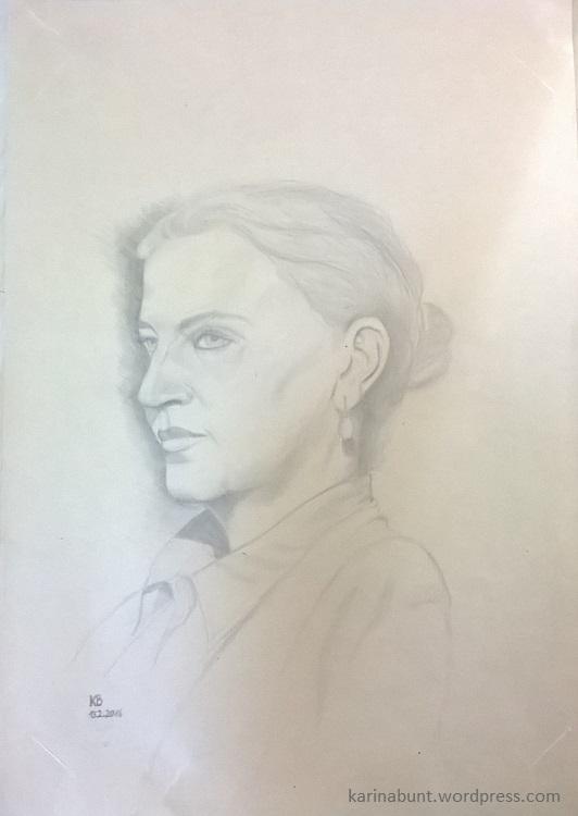 Portrait junge Frau in Dreiviertelansicht