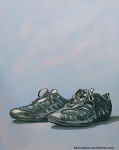 silberne Sneaker, von halb vorne