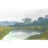 Flusslandschaft an trübem Tag