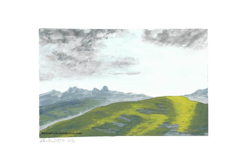 Hügel mit Bergkette im Hintergrund