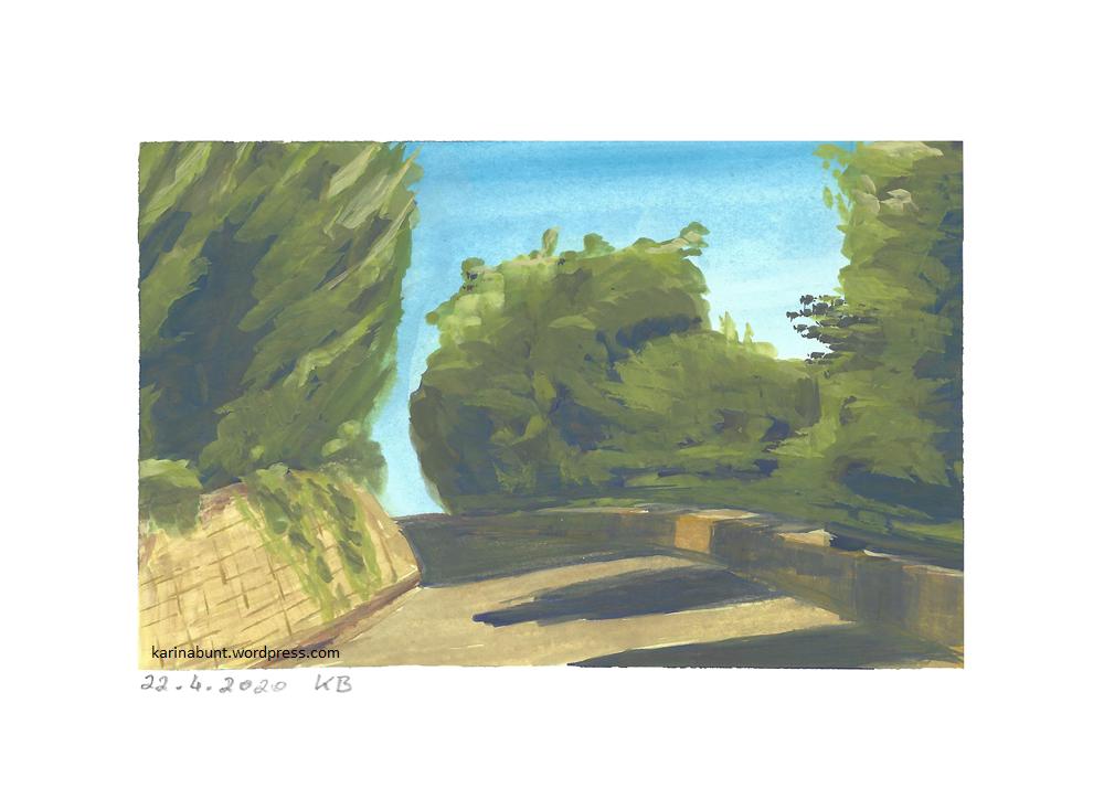 sonniger Weg mit Bäumen auf der Seite