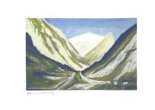 Tal mit Ausblick auf sonnige Berge