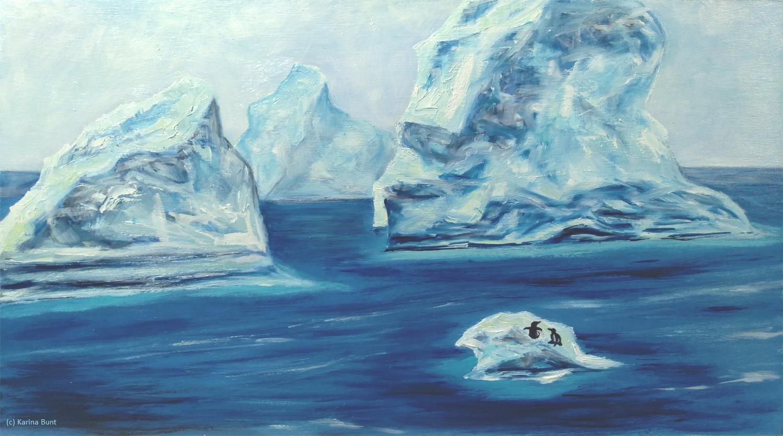 riesige Eisberge in der Antarktis, finsteres Meer, zwei kleine Pinguine auf der Eisscholle im Vordergrund